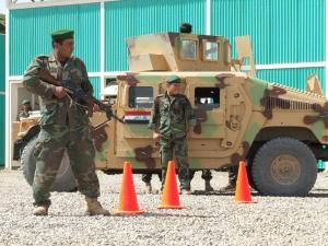 militari-irakieni-langa-humvee1