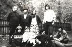familia-in-curtea-casei-firizu